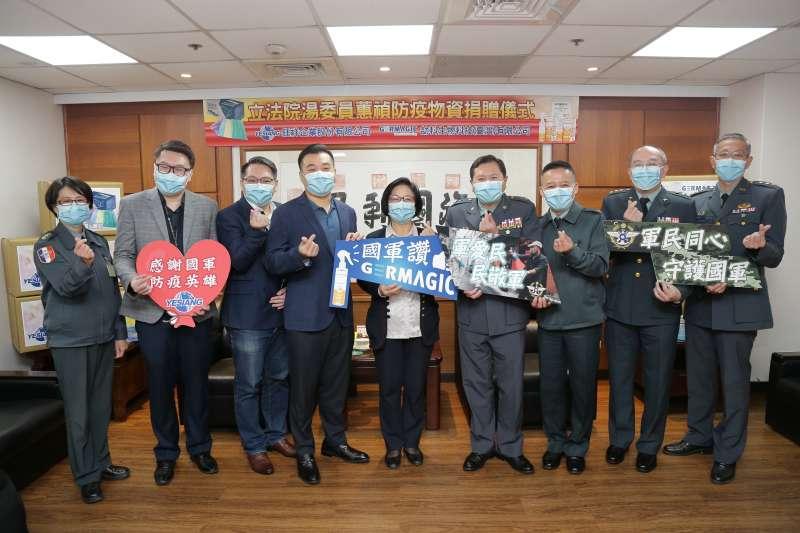立法委員湯蕙禎25日偕同企業代表捐贈國防部防疫物資。(軍聞社提供)