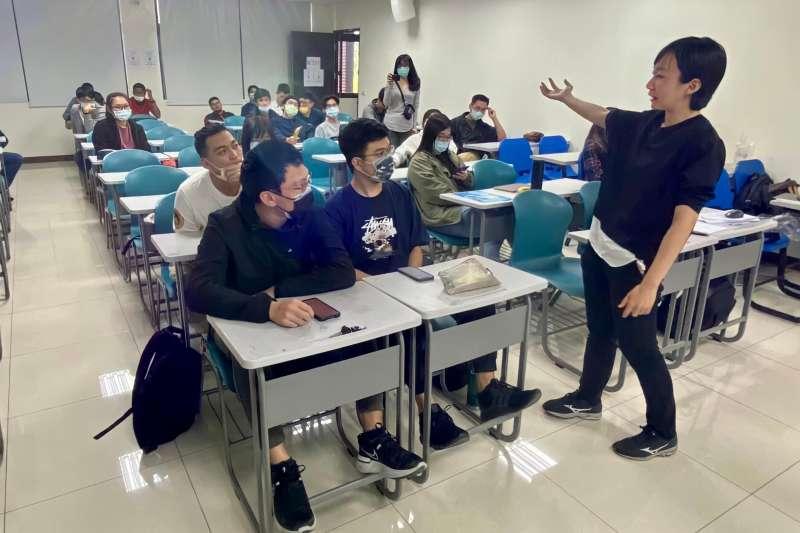 高雄經發局深入校園辦理課程說明會,預告最強的課程即將開課,參加同學互動交流熱烈。(圖/高雄經發局提供)