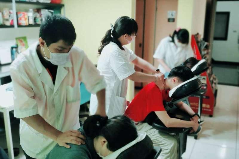高雄市政府勞工局為協助視障者就業,完成新版的「視障按摩師人才資料庫」建置與服務。(圖/高雄市勞工局提供)