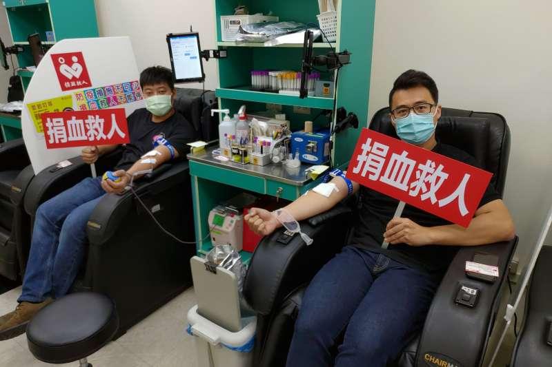 街口支付副總黃峰昶(右)與漫時光早午餐創辦人徐皖台,於活動結束後挽起袖子一起參與捐血活動。(圖/漫時光早午餐提供)