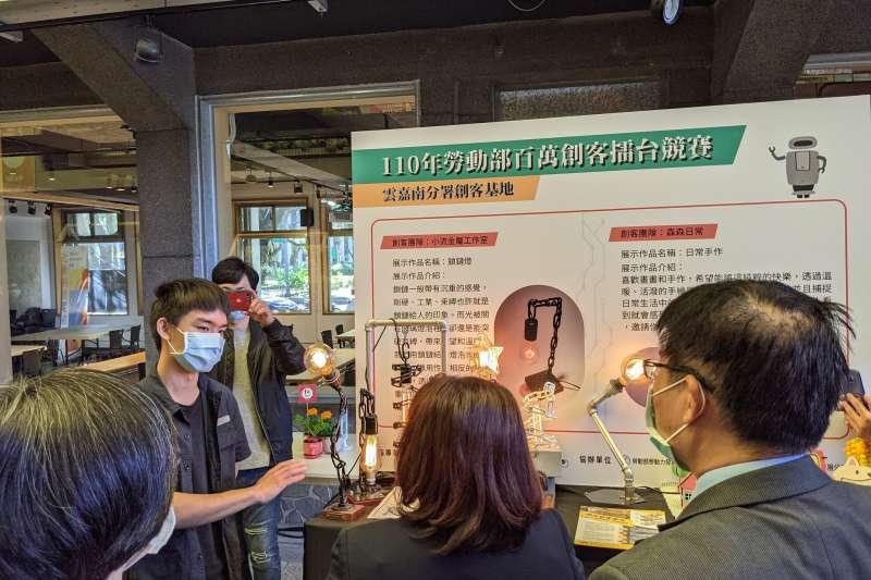 活動現場展示創客向署長施貞仰說明產品概念及設計。(圖/陳逸群)
