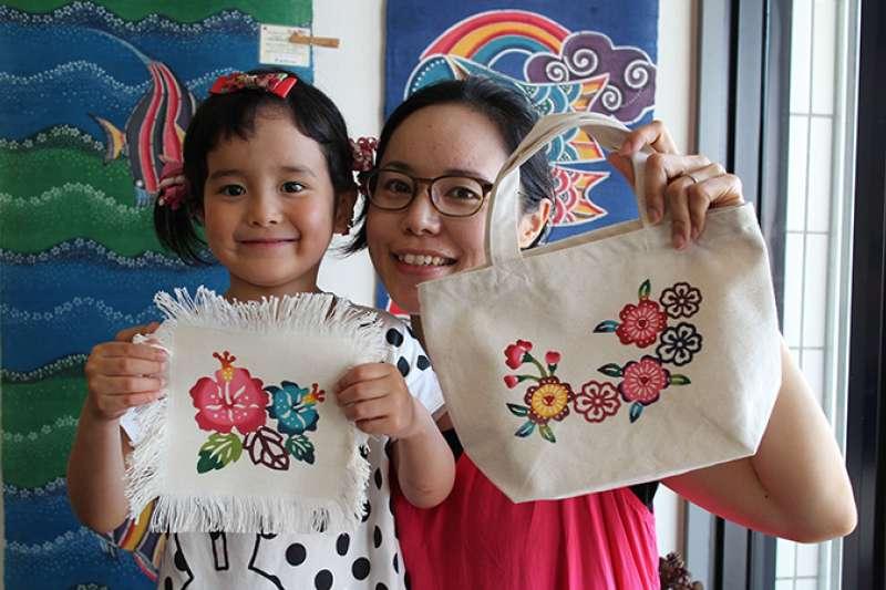 體驗活動中的「紅型染」染布工藝,用視覺和觸覺感受沖繩文化。(圖/沖縄縣産業振興公社)