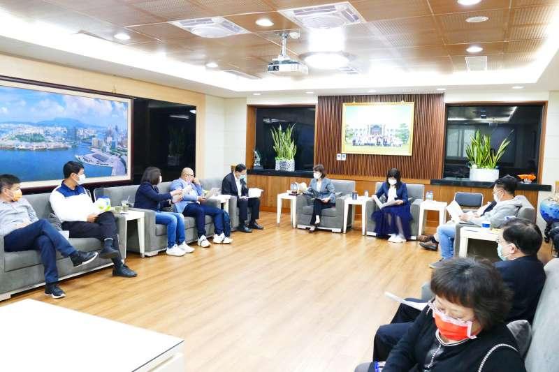 高雄市議會第17次程序委員會議由議長曾麗燕(左六)主持。(圖/高雄市議會提供)
