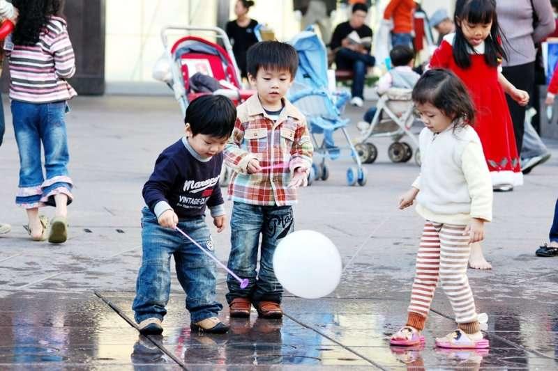 為何亞洲地區媽寶會滿街跑?難道是教育出現了問題?(圖/取自zilupe@flickr)