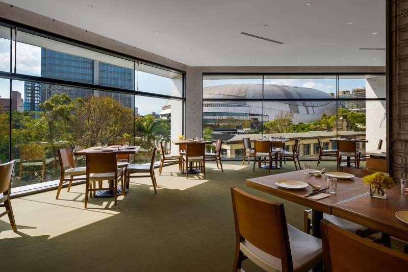由松菸綠地、古蹟建築與台北大巨蛋建構的獨家美景,於步入餐廳的瞬間即在眼前零距離展開。(圖/誠品行旅提供)