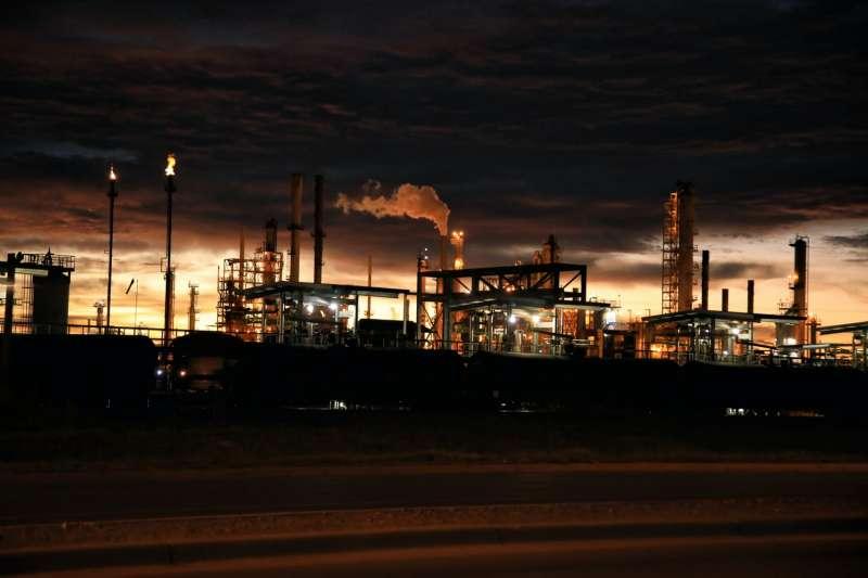 石油工廠 (圖/unsplash)