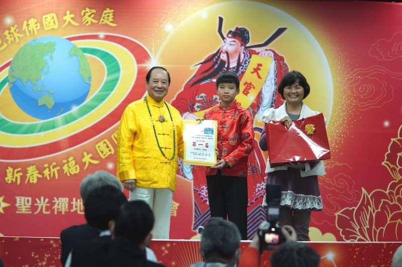全國高年級組第一名得獎者來自新竹的郭泓翊同學,創作理念是「人人有善心、愛地球。(圖/聖光禪地球佛國總會提供)