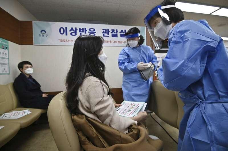 南韓在2021年2月26日終於開打新冠疫苗,這也是全球第104個開始注射新冠疫苗的國家。(美聯社)