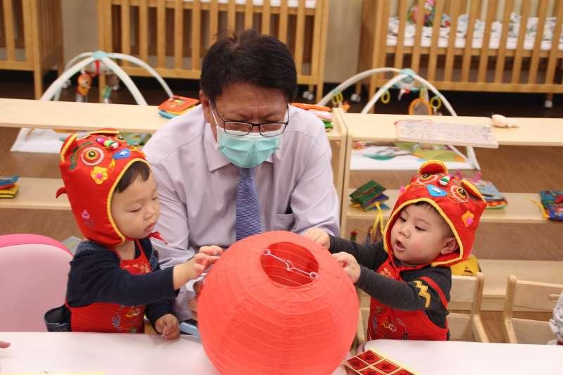 屏東縣長潘孟安與幼兒們一起貼燈籠。(圖/屏東縣政府社會處提供)