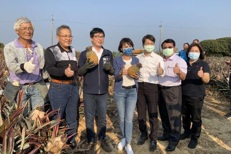 相挺台灣鳳梨,高雄市長陳其邁(左三)會同立委邱議瑩(左四)及大樹區農會張清榮總幹事等人,於26日下午在農會簽訂鳳梨輸澳洲合約。(圖/高雄農業局提供)
