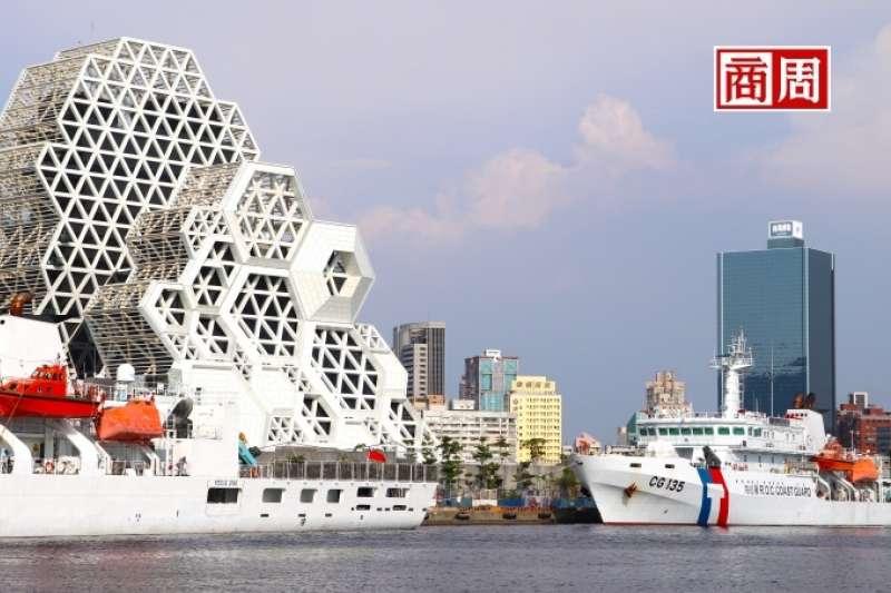 高雄流行音樂中心的設計配合港都景觀,讓人有如進入充滿珊瑚礁、浪花的海洋世界。(圖片來源:商業周刊)