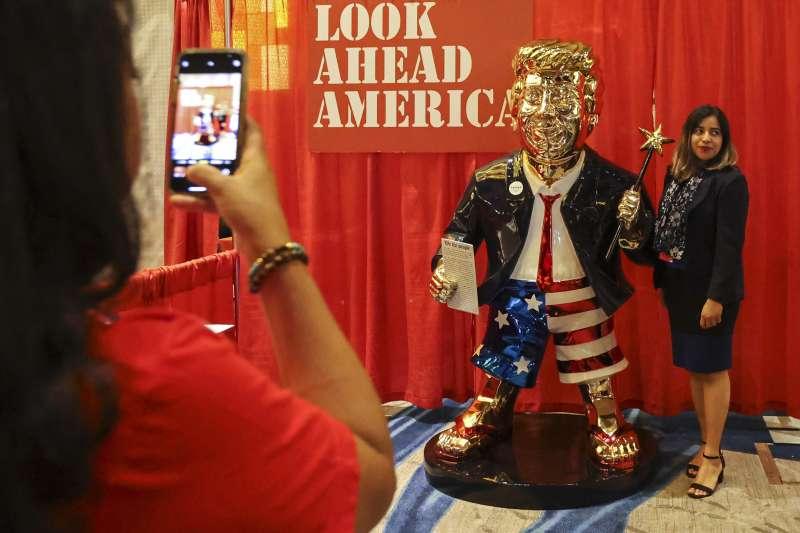 2021年2月26日,美國「保守派政治行動大會」(CPAC),川普粉絲與他的金身塑像合影(AP)