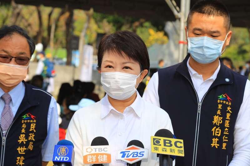 台中市長盧秀燕(中)被問到是否支持國民黨主席江啟臣競選連任時,只有微笑回應。(台中市政府提供)