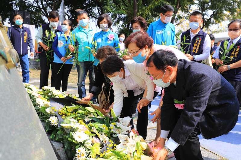 20210228-台中市長盧秀燕(圖中)於二二八追思會獻花。(台中市政府提供)