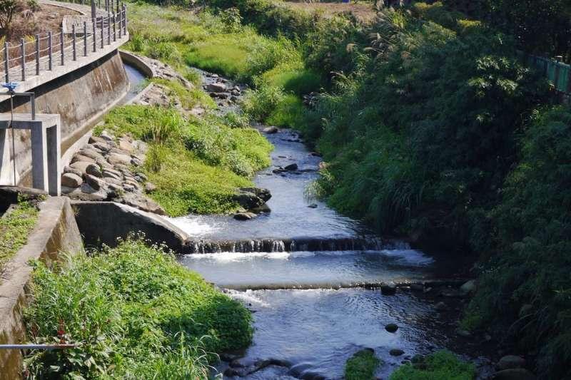 增設引水灌溉系統確保下游灌溉功能並保有原來生態河川環境。(圖/新北市水利局提供)