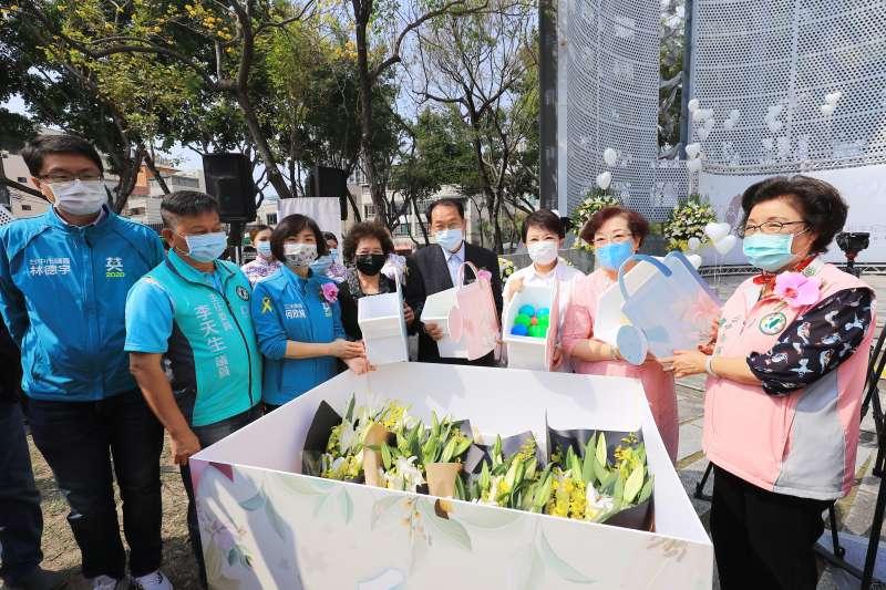 台中市長盧秀燕在大里區國光公園二二八紀念碑前,參加110年度二二八和平紀念追思會。(圖/台中市政府)