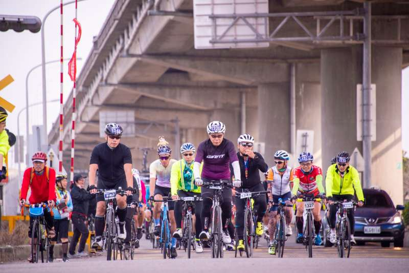 台北市長柯文哲228當日騎乘自行車參加「一日北高」活動。(台北市政府提供)