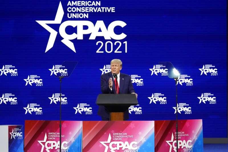 美國前總統川普2021年2月28日出席「保守派政治行動會議」(CPAC)年度大會,場內外川粉雲集。(AP)