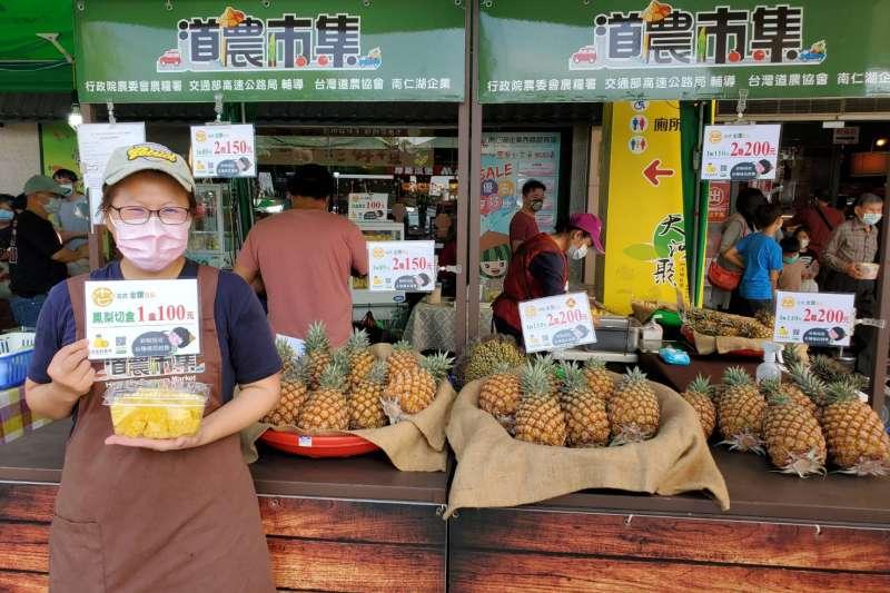 交通部高公局1日也宣布將在轄內各國道服務區的農產品市集舉行「力挺鳳梨」行動,透過行銷方式力挺台灣優質水果。(高公局提供)