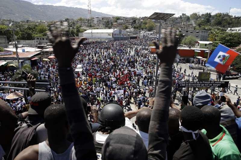 2021年2月28日,海地首都太子港爆發示威,抗議群眾要求總統摩依士下台。(AP)