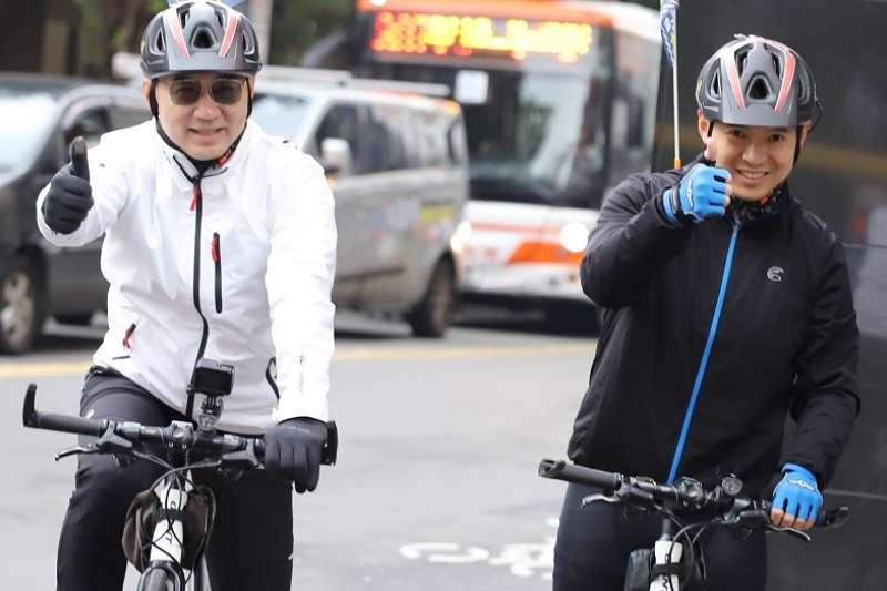 國民黨主席江啓臣帶隊騎單車宣講反萊豬公投連署。(取自國民黨發言人臉書)
