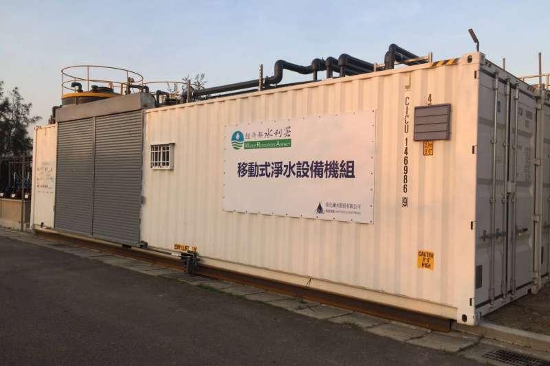 因應水荒問題,臺中市政府設置RO級移動式淨水設備,將產製的水質提升到可以供應給工業甚至科技業者作為冷卻水使用。(圖/臺中市政府)