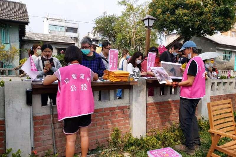有網友指稱統促黨正在積極護衛藻礁。對此台灣事實查核中心證實為錯誤訊息。(資料照,取自珍愛桃園藻礁粉絲專頁)
