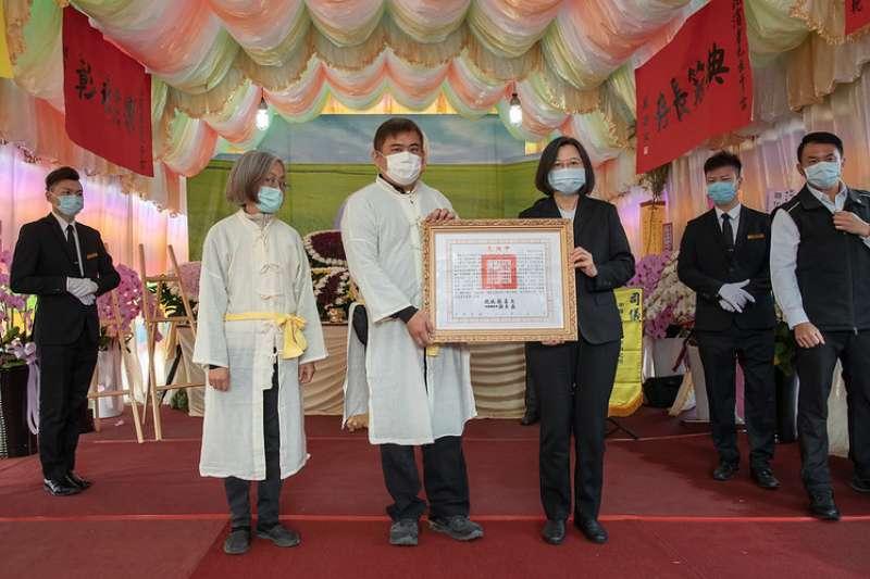 總統蔡英文出席前國策顧問黃崑濱告別式並頒褒揚令。(總統府提供)