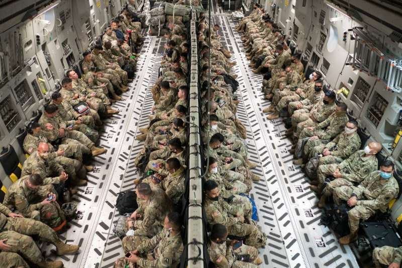 搭乘運輸機進行任務調動的美國國民警衛隊。台海如果發生戰事,美軍是否派兵增援台灣,一直是中國武統時有所顧慮的關鍵因素。(美國陸軍官網)