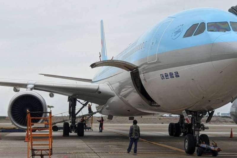 指揮官陳時中證實首批牛津AstraZeneca疫苗共11萬7000劑,已於3日上午由大韓航空KE691班機抵達桃園機場。(取自林佳龍臉書)