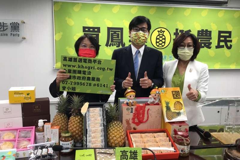 高雄市長陳其邁(中)北上,行銷高雄鳳梨特產品。(圖/高雄市政府提供)