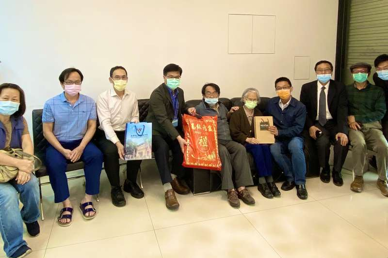 拜訪228受難者顏再策家屬顏陳秋霞女士與顏清和醫師。(圖/高雄教育局提供)