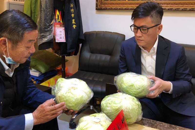 鄭宏輝與新竹市農會合作,推動團購雲林縣土庫高麗菜。(圖/鄭宏輝服務處提供)