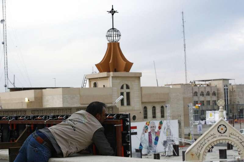 羅馬天主教教宗方濟各3月5日啟程前往伊拉克,展開為期3天的歷史性訪問。伊拉克基督教徒眾多的卡拉寇許(Qaraqosh)教堂正在準備迎接。(AP)