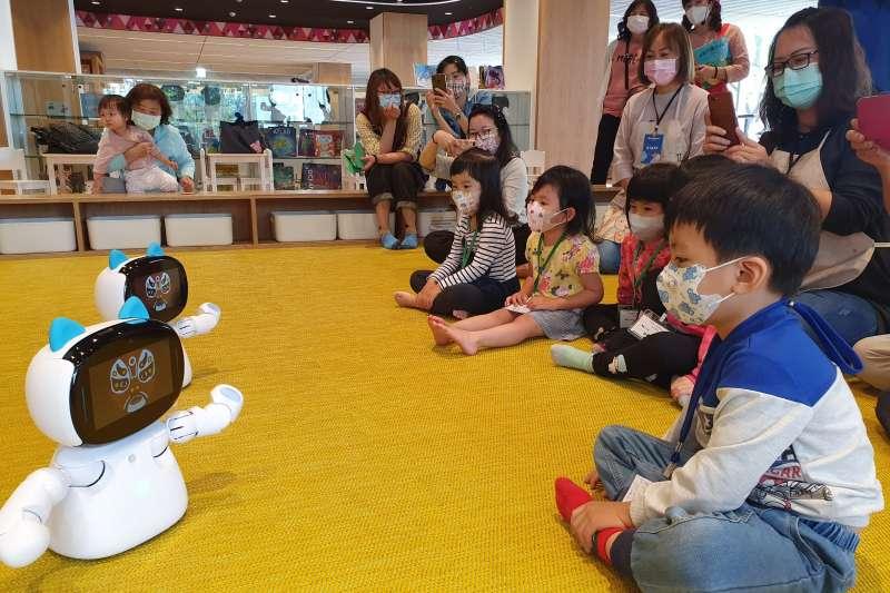 機器人凱比在屏東縣立圖書館總館陪孩童唱跳、說故事。(圖/屏東縣文化處提供)