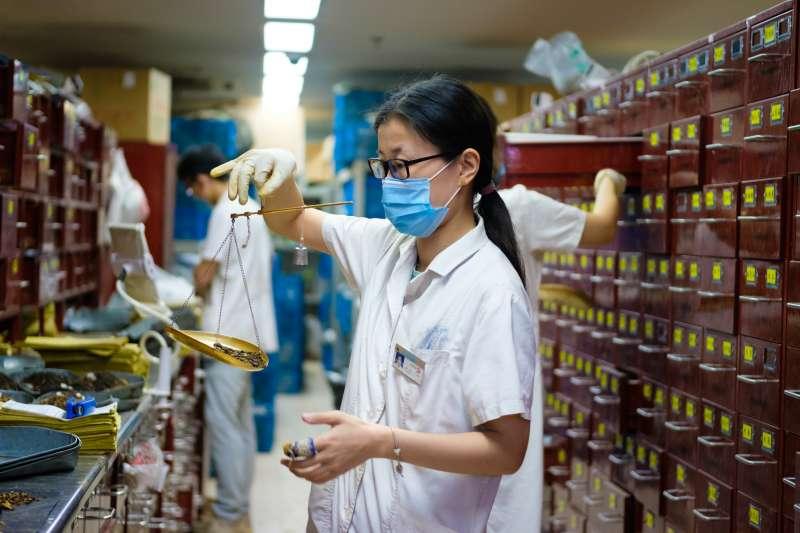 中國國家藥監局3日表示,目前已有3款針對新冠肺炎的中藥處方通過審批上市。(Kristoffer Trolle@Flickr/CC BY2.0 )