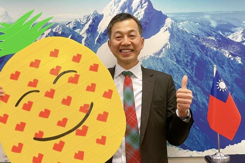 駐溫哥華台北經濟文化辦事處處長陳剛毅自製鳳梨板挺鳳梨。(圖/高雄市農業局提供)