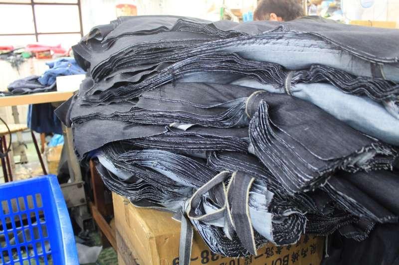 衣褲裁片後的剩餘布料由於面積不夠,若非特別訂製,很難再做其它的運用。(圖/XTERRA提供)