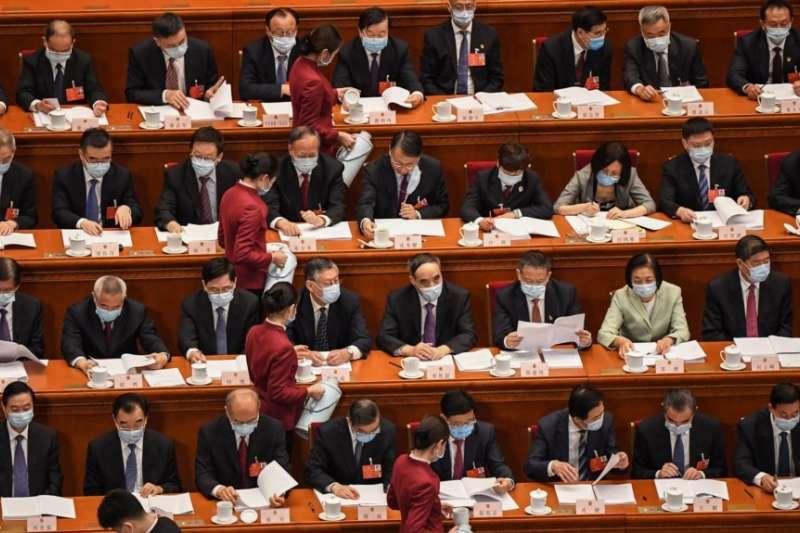在北京人大會堂出席全國人大年度會議開幕式的人大代表們。(美國之音)