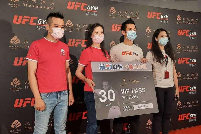 大地酒店與格鬥健身品牌UFC GYM異業合作,打造健康旅宿新商機。左起大地酒店官振朝總經理、王雪梅董事長、UFC GYM吳怡翰董事長、吳怡青執行長。(圖/大地酒店)