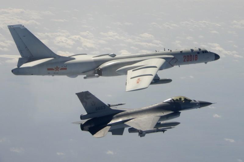 共機繞台。2020年2月,中共轟-6軍機(上)入侵台灣領空,我空軍F-16全程監控(AP)