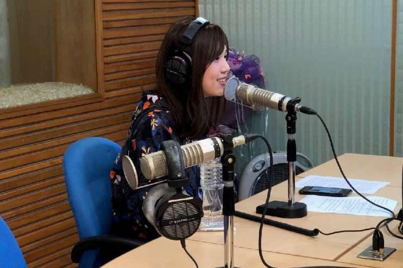 許維芳接受電台專訪,為毒防局進行反毒宣導,呼籲年輕人千萬不要碰毒品。(圖/高市毒防局提供)