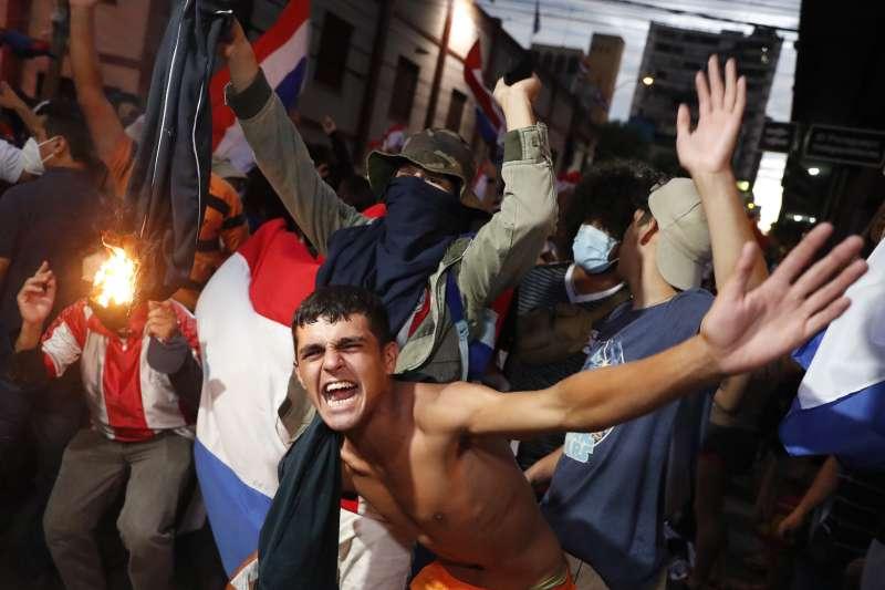 2021年3月,南美洲友邦巴拉圭政府因防疫不力引發民眾暴力抗議。(AP)