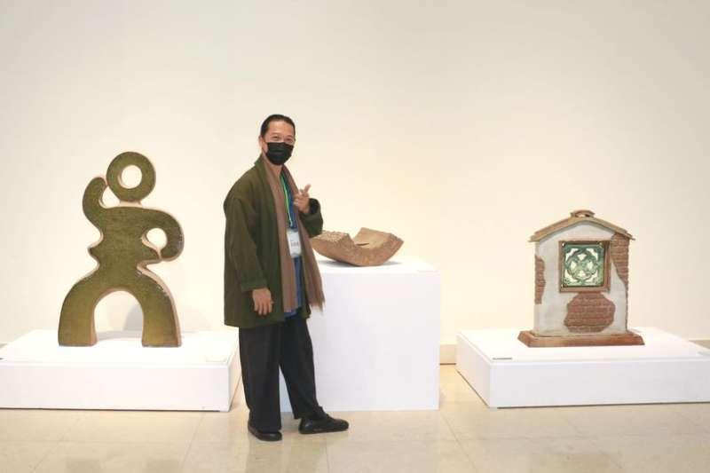吳明儀老師表示,三件作品是用手擠坯技巧創作的,成形雖可減少時間,但雕刻還是十分費工的。(圖/李梅瑛)
