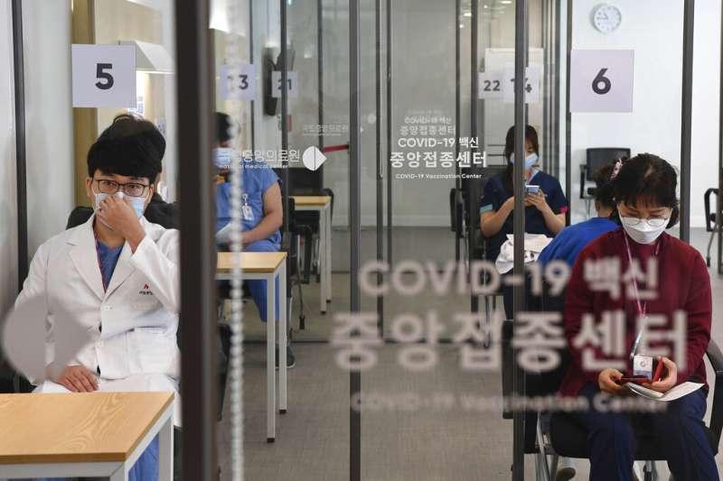 正在等待接種輝瑞新冠疫苗的南韓醫療人員。(美聯社)