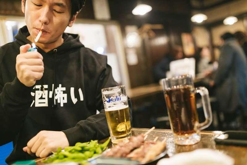 根據醫學統計資料,台灣40歲以下第二型糖尿病發率逐年上升,抽菸、攝取過多含糖飲料都是元兇之一。(圖/取自pakutaso)