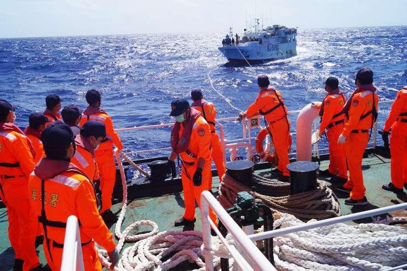 海巡署8日順利將失聯漁船「永裕興18號」拖帶返抵蘇澳港。(海巡署提供)