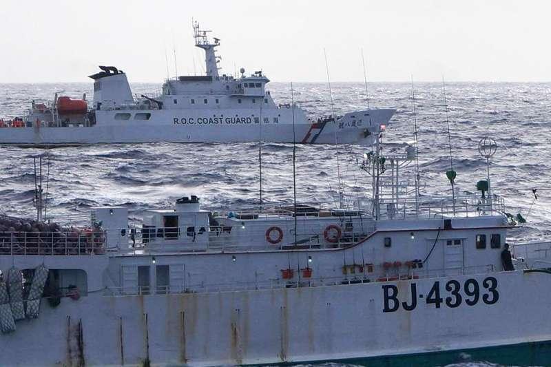 20210308-海巡署8日順利將失聯漁船「永裕興18號」拖帶返抵蘇澳港。(海巡署提供)