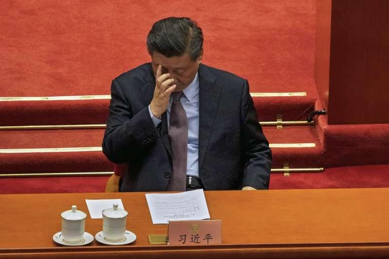 2021年3月,中國人大、政協「兩會」登場,習近平低頭沉思(AP)