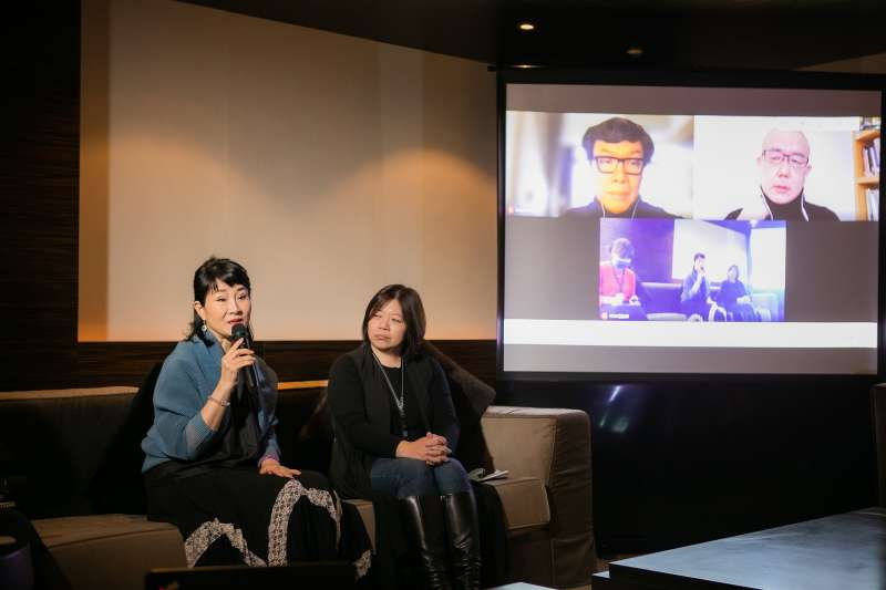 .魏海敏(左一)、香港導演王景生(螢幕左上),以及正在韓國佈展的陳界仁(螢幕右上)以連線方式出席記者會。(兩廳院提供)